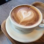カフェラテとカフェオレの違いはコーヒーやミルクの量が違う!カフェモカは?